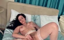 MILF Sophia Delane masturbates